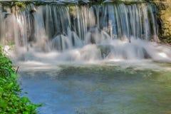 Een duidelijke waterval in de wildernis Royalty-vrije Stock Foto