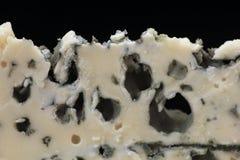 Een dunne plak van Roquefortkaas in close-up Stock Afbeelding
