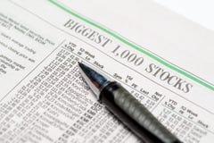 Een dure pen op een voorraadsectie van het redactie slechts gebruik van Wall Street Journalfor Stock Fotografie