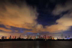 Een dynamische horizon van Doubai, de V.A.E bij dageraad Stock Afbeelding