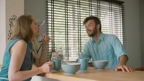 Een echtgenoot spreekt aan zijn beautifulwife die aan hem zorgvuldig met een glimlach luistert Langzame mo stock footage