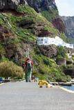 Een echtpaar van bejaarde mensen loopt in de oude haven van Fira, Griekenland, Santorini stock afbeeldingen