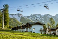 Een een luifelstoeltjeslift en chalet in bergen Rosa Khutor in s stock afbeeldingen