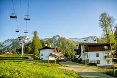 Een een luifelstoeltjeslift en chalet in bergenochtend Rosa Khutor stock afbeeldingen