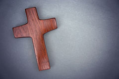 Een Eenvoudig Houten Kruis op Grey Background Stock Foto's