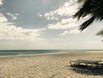 Een eenzaam en droevig strand stock afbeelding