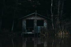 Een eenzaam huis op een meer Stock Afbeeldingen