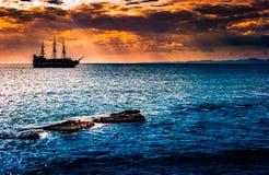 Een eenzaam schip tegen de ochtendhemel Stock Afbeelding