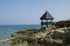 Een eenzame cabine door het overzees met rotsen Stock Foto