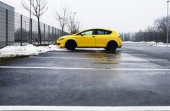 Een eenzame Gele Auto Royalty-vrije Stock Afbeeldingen