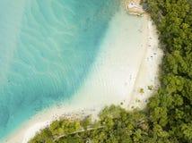 Een eenzame mens gaat want een ochtend bij het strand in Currumbin, Gouden Kust, Australië zwemt Royalty-vrije Stock Foto