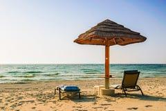 Een eenzame paraplu op het strand van de Arabische Golf in Doubai De zomer van 2016 Royalty-vrije Stock Foto's
