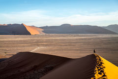 Een eenzame reiziger in de woestijn Royalty-vrije Stock Foto