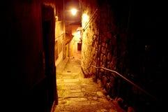 Een eenzame smalle straat in het Porto historische oude centrum bij nacht royalty-vrije stock foto's
