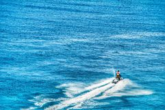 Een eenzame straalskiër breekt het kalme blauwe oceaanwater in Grote Turk Royalty-vrije Stock Afbeelding