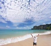 Een eenzame toerist stemt in met de nieuwe dag Royalty-vrije Stock Fotografie