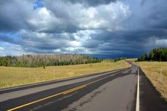 Een eenzame twee steegweg leidt in een donkere en stormachtige horizon Royalty-vrije Stock Afbeelding