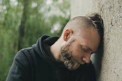 Een eenzame vermoeide en gedeprimeerde mens stock fotografie