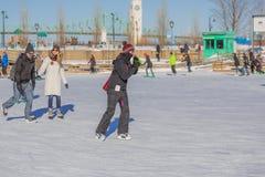 Een vrouwenijs die alleen schaatsen Royalty-vrije Stock Foto