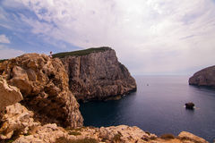 Een eenzame wandelaar kijkt uit over de mening. Sardinige Stock Fotografie