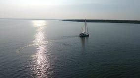 Een eenzame witte zeilboot stock videobeelden