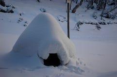 Een eigengemaakte iglo in de sneeuw Royalty-vrije Stock Fotografie