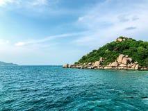 Een eilandbeeld met duidelijke zeewaterachtergrond stock foto's