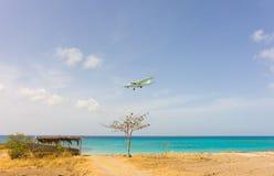 Een eilandbewoner op definitieve benadering voor bequia in de windwaartse eilanden stock foto