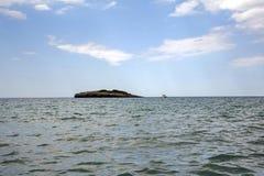 Een eilandje langs de kust stock afbeeldingen