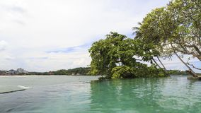 Een eindeloze tropische pool van de randstroom over het kijken de stranden van Galle - Sri Lanka stock foto