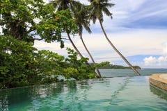 Een eindeloze tropische pool van de randstroom over het kijken de stranden van Galle - Sri Lanka royalty-vrije stock afbeeldingen