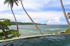 Een eindeloze tropische pool van de randstroom over het kijken de stranden van Galle - Sri Lanka stock afbeelding