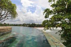 Een eindeloze tropische pool van de randstroom over het kijken de stranden van Galle - Sri Lanka royalty-vrije stock foto's