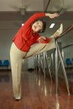 Een eldvrouw die sport doet Stock Foto