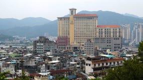 Een elegant hotel en een krottenwijk in Macao China royalty-vrije stock afbeelding