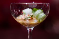 Een elegante appetizzer in een cocktailglas stock afbeelding