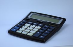 Een elektronische digitale calculator stock foto