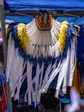Een Element van traditioneel Indisch Amerikaans die kostuum - hoofddeksel met linten en veren wordt verfraaid royalty-vrije stock fotografie