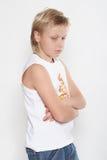 Een elfjaren verstoorde jongensAchtergrond is wit. Royalty-vrije Stock Afbeelding