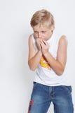 Een elfjaren verstoorde jongensAchtergrond is wit. Photo2 Royalty-vrije Stock Foto's