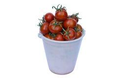 Een emmer met rijpe tomaten wordt gevuld die royalty-vrije stock fotografie