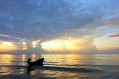 Een emty boot bij dageraad Stock Afbeelding