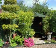 Een Engels achtertuintje met gazebo royalty-vrije stock afbeelding