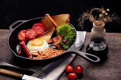 Een Engels ontbijt is een ontbijtmaaltijd die typisch bacon, worsten, eieren omvat stock afbeeldingen
