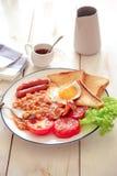 Een Engels ontbijt is een ontbijtmaaltijd die typisch bacon, worsten, eieren omvat royalty-vrije stock foto's
