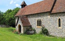 Een Engelse Kerk en een Toren van het Dorp stock fotografie