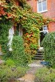 Een Engelse Tuin in de vroege Herfst stock afbeeldingen