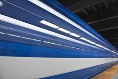 Snelle metro die overgaan door Royalty-vrije Stock Foto's