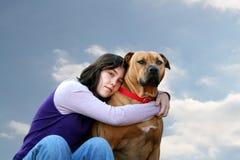 Een enkel meisje en haar hond stock afbeelding