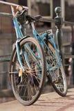 Een enkel oude blauwe fiets Stock Fotografie